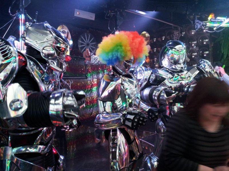 <p>Роботы тоже любят вечеринки</p>