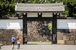 Kebanyakan pelari akan melewati gerbang ini dan keluar di gerbang satunya
