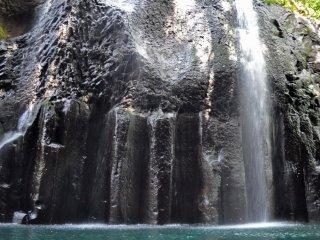 Вода каскадом срывается со скал в ущелье