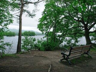 Duduk santai di bangku sambil menikmati keindahan danau