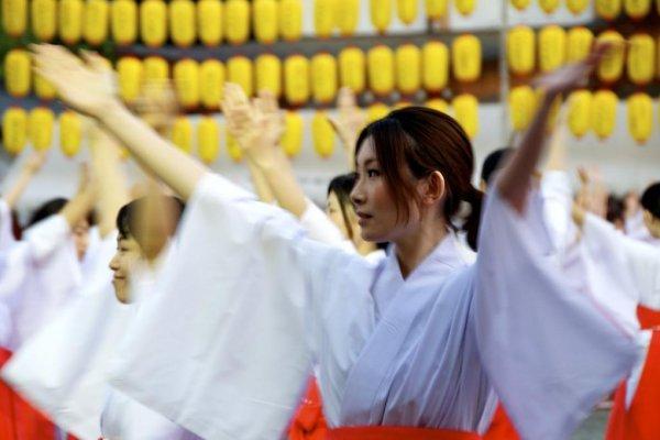 100 shrine maidens dancing