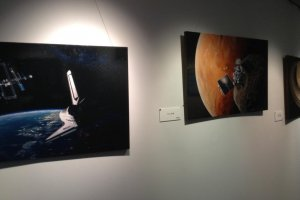 Переходы на верхнем этаже заполнены старыми телескопами и художественными работами, посвященными космосу. К сожалению, я не нашел ни одного портрета космического пришельца!
