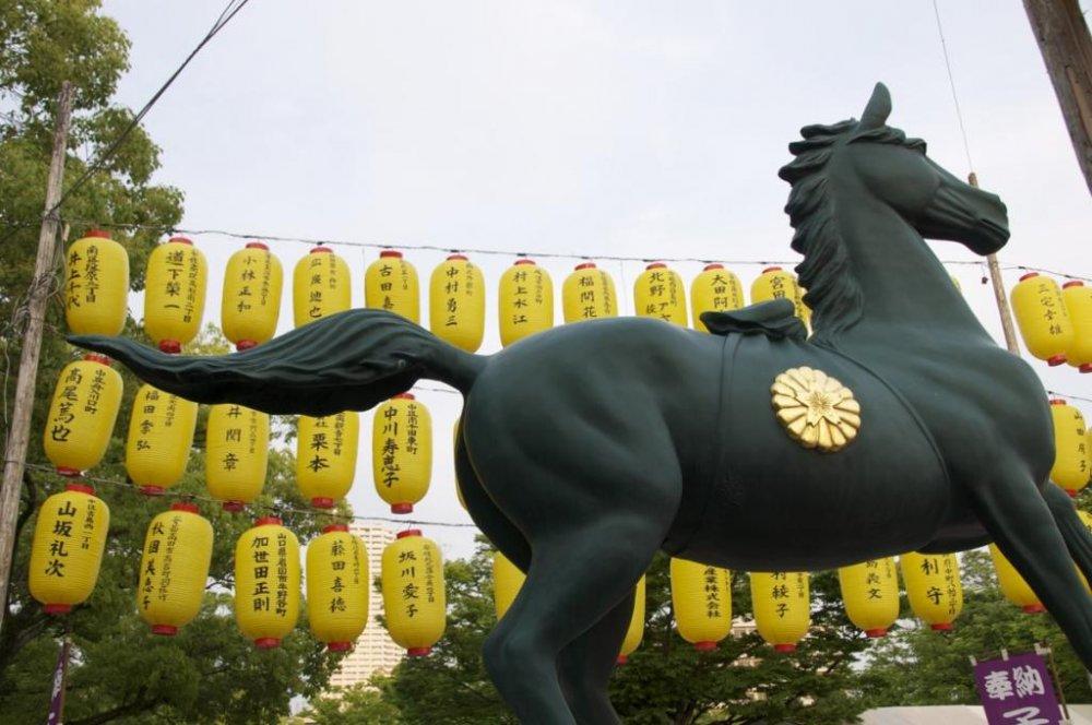 ศาลเจ้าฮิโรชิมะ โงะโคะคุ-จินจา ถูกตกแต่งประดับประดาด้วยโคมไฟหลายร้อยอัน