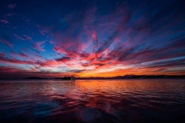 落日在到达朝日山前将天空大片的染红