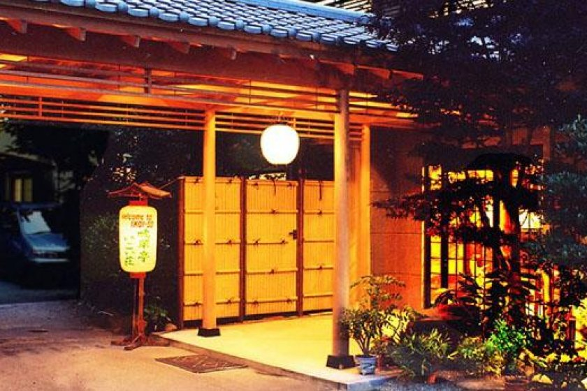 The entrance to Ikoiso is modeled after a tea house. The view in the evening is particularly majestic.