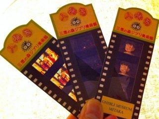 Сувенирные билеты-киноплёнки, которые вы получаете в обмен на ваши билеты, купленные в Лоусон. Они также будут вашими билетами при просмотре короткого анимационного фильма