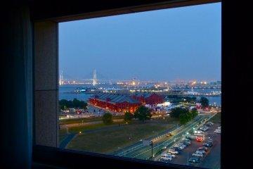 วิวกลางคืนจากห้องพักของเรา (Aka-Renga, ท่าเรือ Osanbashi และสะพานในอ่าว)