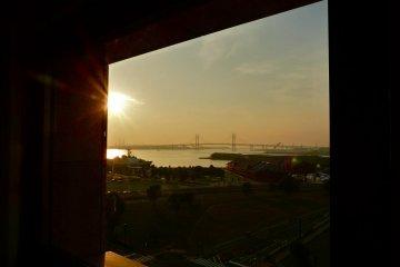 พระอาทิตย์ขึ้นมองจากหน้าต่างห้องพักของเรา