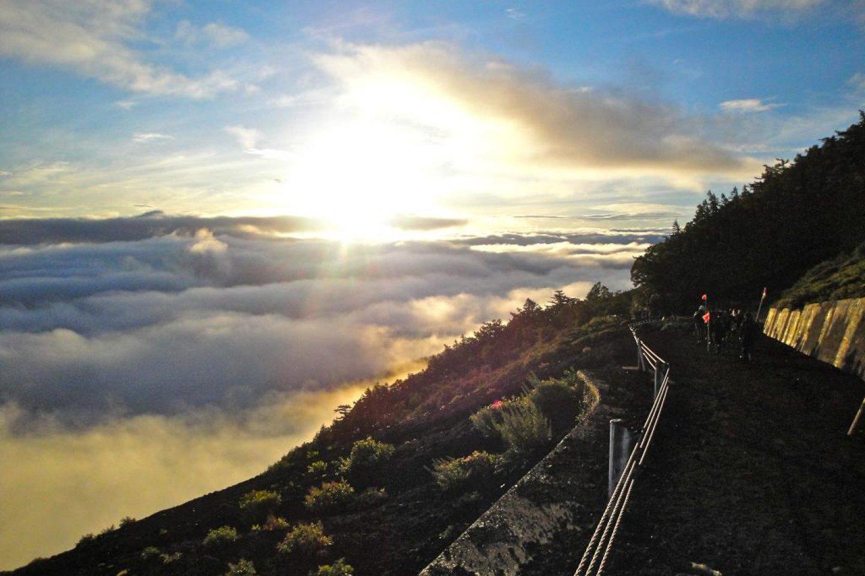 Pemandangan matahari terbit di atas lautan awan bisa dinikmati di ketinggian 2.305 meter, tepat setelah mendaki dari stasiun ke-5. Jangan lupa pakai krim tabir surya!