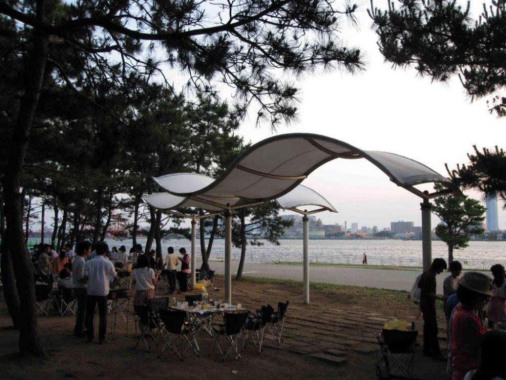 Họp mặt bạn bè và thưởng thức khung cảnh bờ sông ở công viên Shiokaze.