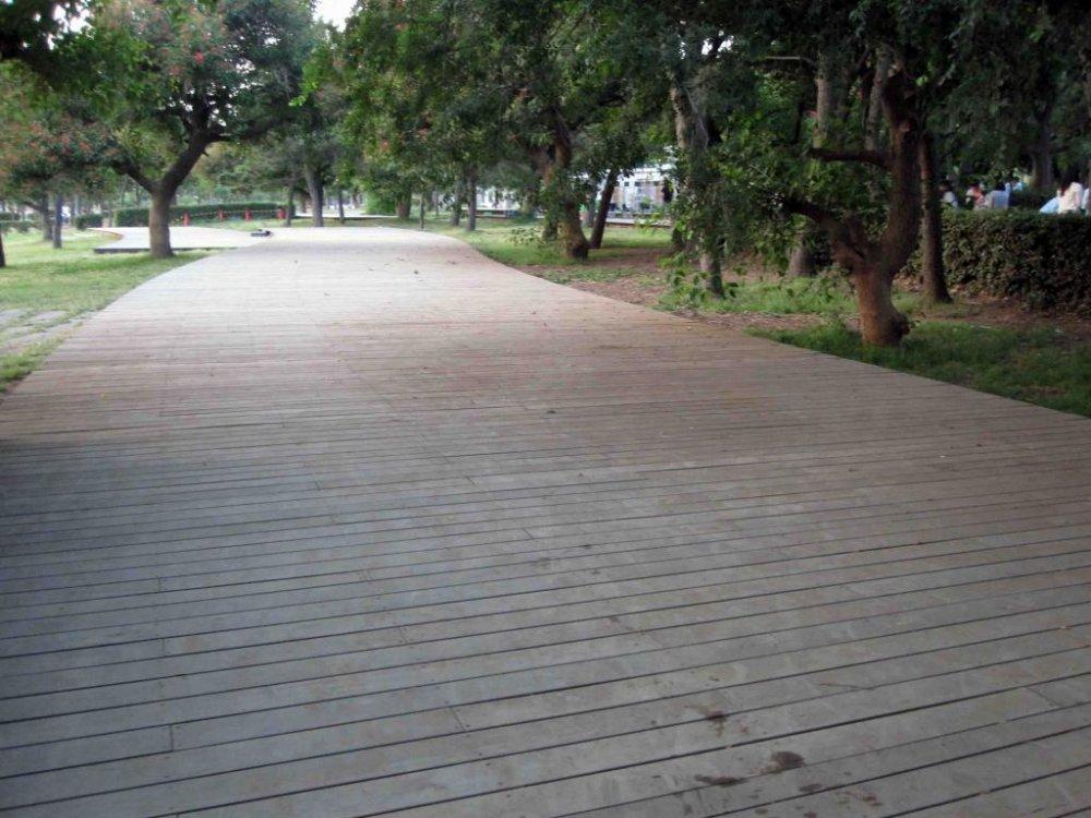 ทางเดินอันกว้างขวางพาดผ่านไปทั่วสวน
