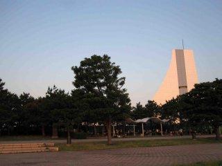 สวนชิโอะคะเซะมีสนามเปิดกว้าง ซึ่งหาได้ยากในใจกลางกรุงโตเกียว