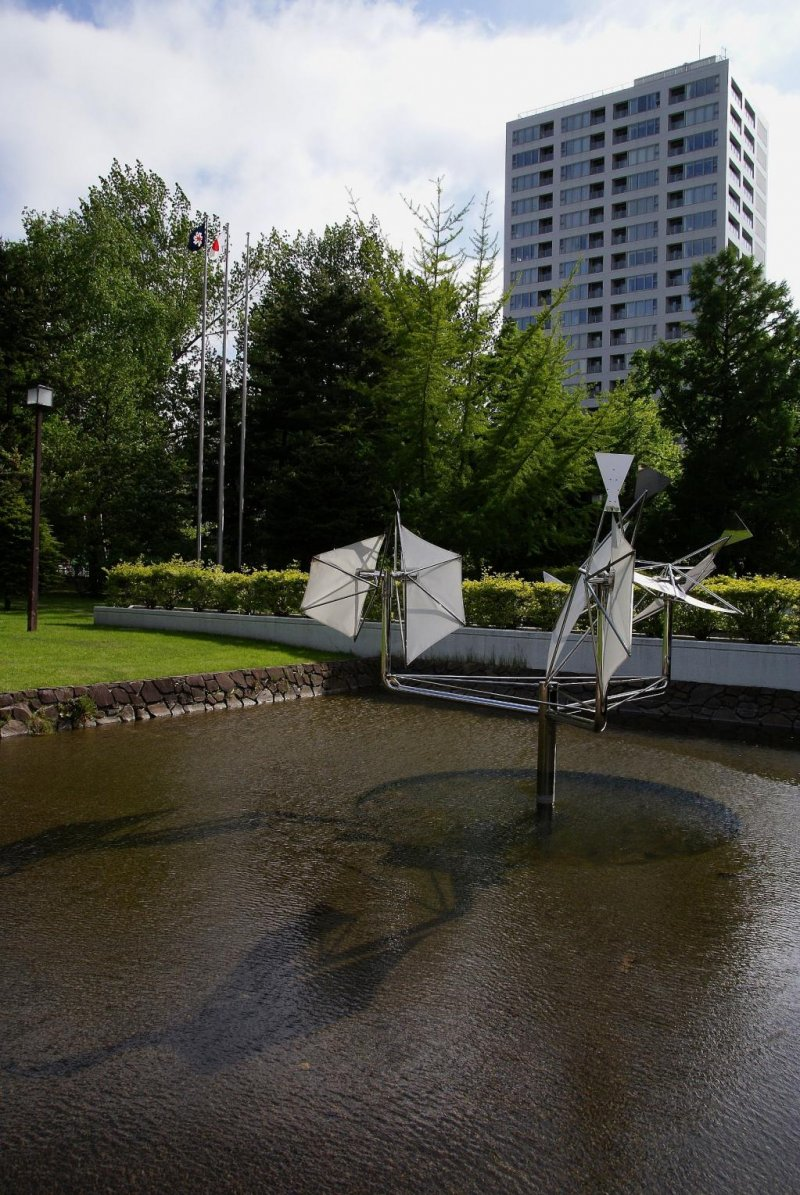Fluid sculptures changed by the wind