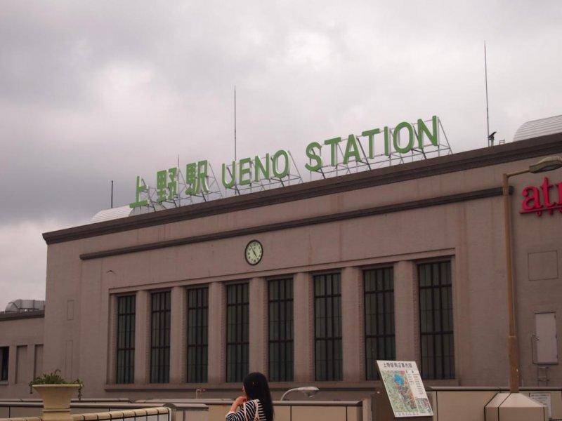 <p>แม้ในวันที่อากาศไม่ดีเช่นนี้ป้ายสถานีอุเอโนะยังคงเป็นที่มองเห็นได้เช่นเคย</p>