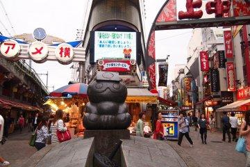 <p>Ameyoko เป็นตลาดสีดำอดีตเป็นถนนที่ต่อรองราคาที่มีชื่อเสียงเต็มไปด้วยร้านอาหารและร้านค้า</p>