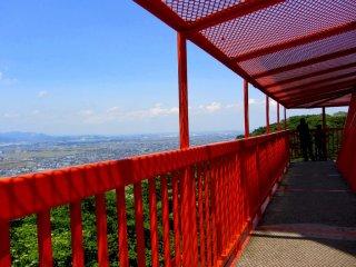 탄자와 산을 향한 내륙의 풍경