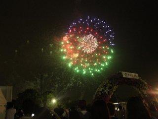 Penutup yang sempurna untuk festival musim panas apapun di Jepang adalah pentas kembang api