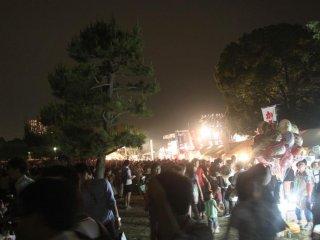 Ada area berbayar dan area gratis untuk panggung dan pementasan kembang api. Area berbayarnya menyajikan pemandangan terbaik dari pentas festival di atas panggung.