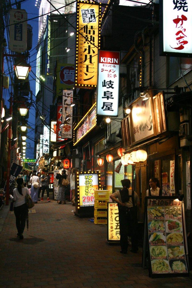 Прогулка по переулку воспоминаний Омоидэ Йокотё в Синдзюку.