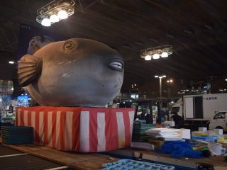 The market is full of fugu - including in statue form!