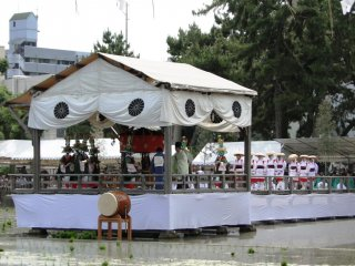L'estrade installée au-dessus de la rizière et sur laquelle les moines firent la bénédiction
