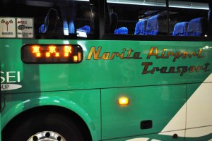 "Cherchez le bus de couleur verte portant l'inscription ""Narita Airport Transport"""