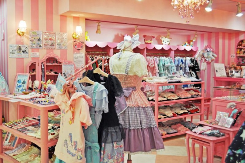 I love the colour of this shop. This kind of store represents the kind of things you would expect to find in Harajuku.
