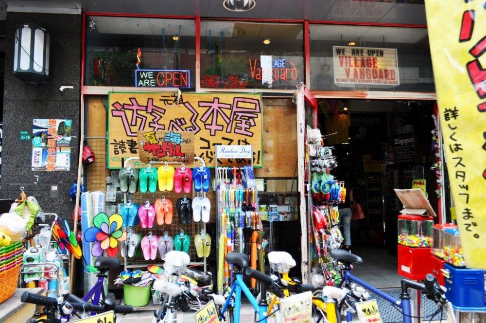 สินค้าที่ตั้งโชว์อยู่หน้าร้านดูน่าตื่นเต้นเพียงครึ่งหนึ่งของสินค้าในร้านเท่านั้น