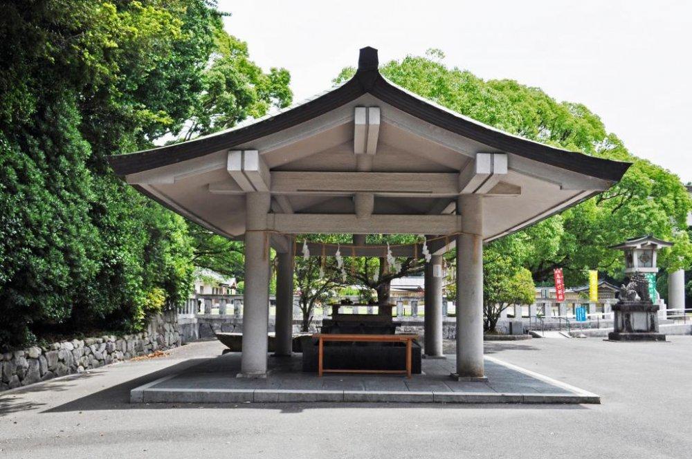 Chōzubachi (nơi bạn rửa tay trước khi vào đền).