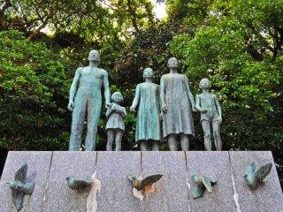 รูปปั้นที่อยู่ตรงทางเข้าศาลเจ้า ฉันคิดว่าเป็นรูปปั้นพื่อความสงบสุข โดยดูจากเด็กผู้หญิงกำลังปล่อยนกพิราบในมือ