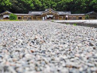 Một lối đi bằng đá xinh xắn dẫn đến ngôi đền.