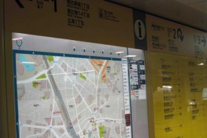 Bright yellow maps make it easy to figure out which exit to take.
