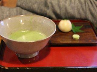 한 조각의 진미(珍味)와 함께 단조로운 컵에 담겨 나온 녹차