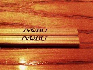 Đũa gỗ ở Nobu, đang nằm im chờ đợi được thưởng thức những món ngon của Đầu bếp Nobuyuki