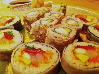 Đĩa sushi cuộn thập cẩm