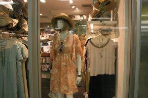 Quần áo cũng được bày bán ở ga Takadanobaba.
