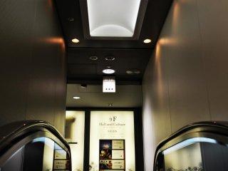 照明と滑らかな壁のコンビネーションが、近未来的な雰囲気を作っている