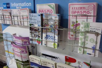 There are various maps and informational pamphlets available in English and Japanese.