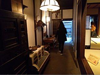 As casas e arruamentos são reproduções muito detalhadas do final do período Edo. Todos os pormenores são fiéis à história. Os visitantes podem entrar em várias partes das habitações, mesmo nas divisões em tatami, desde que tirem os sapatos.