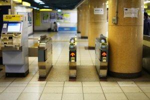 Ticket gates at Kasumigaseki