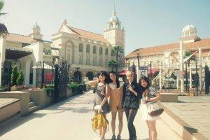 친구들과 마리존 교회 앞에서 찍었어요^^*