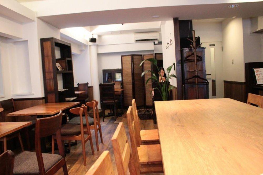 Kafenya sangat sepi dengan musik Brasil yang menenangkan