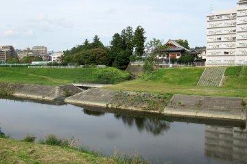 Вид на храм Дзэнсёдзи с реки