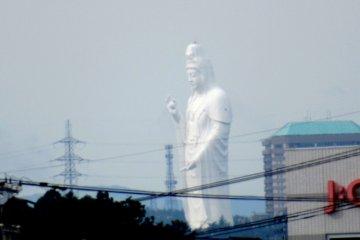 Издалека видно статую Дайканнон