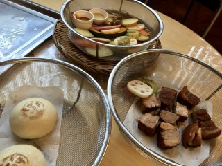 Pork belly, nikuman (pork buns) and a host of veggies, steamed to perfection!