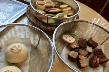 เนื้ท้องหมู นิคุมัน (ซาลาเปาไส้หมู) และผักต่างๆ นึ่งจนสุกน่าทาน