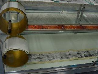 Gulungan kertas (emaki) yang menceritakan proses manufaktur besi lewat gambar dan tulisan.
