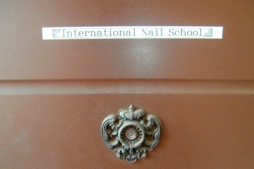 The door indicating that the place is for bilingual courses as well