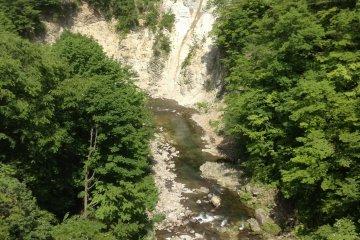 沿着瀑布的河川。