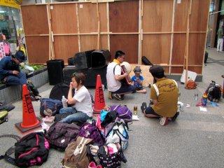 Un groupe d'acteurs et de musiciens se préparant pour leur saynète